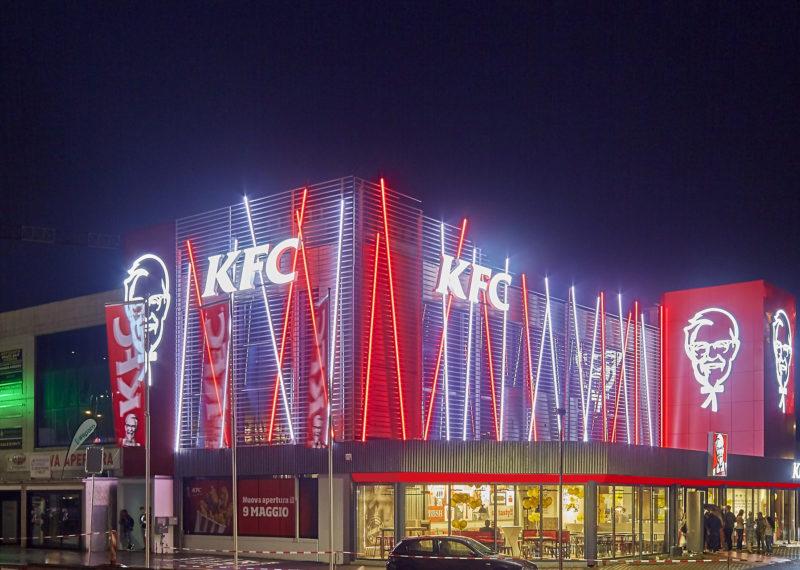 KFC Mendrisio Werbeanlagen Nachtansicht