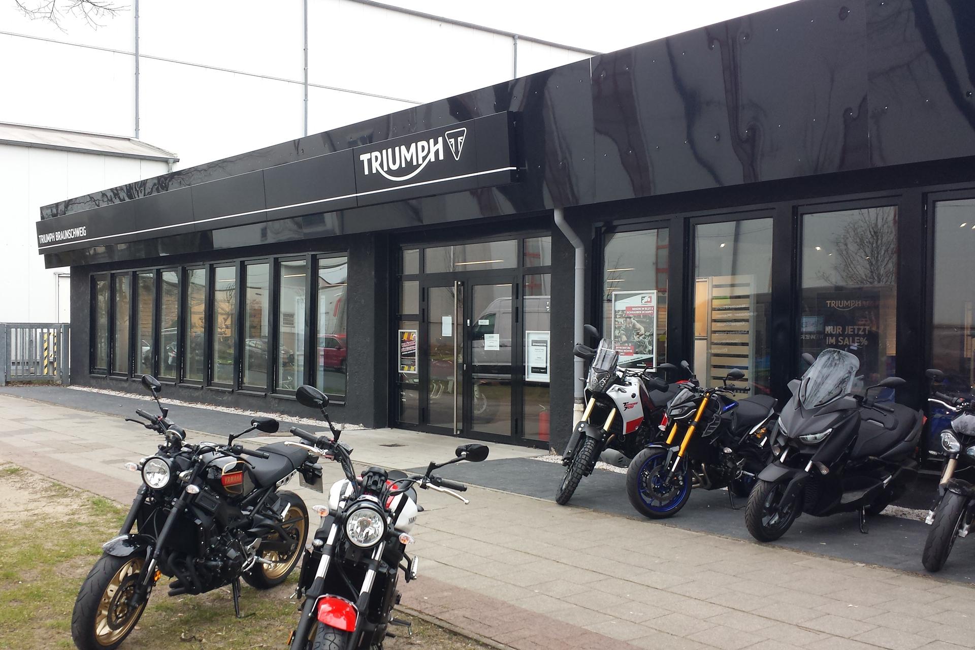 Triumph Motorrad Lichtwerbung Fassadenband