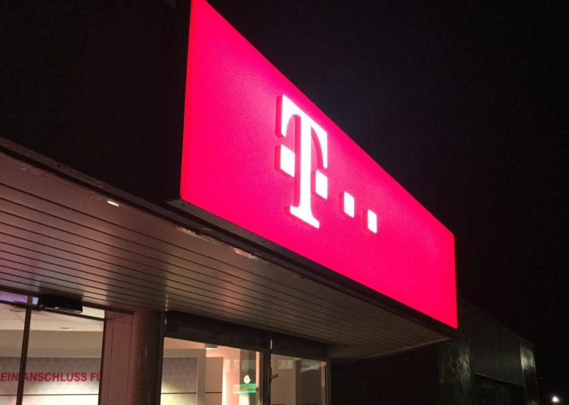 Telekom Lichtwerbung Fassadenband